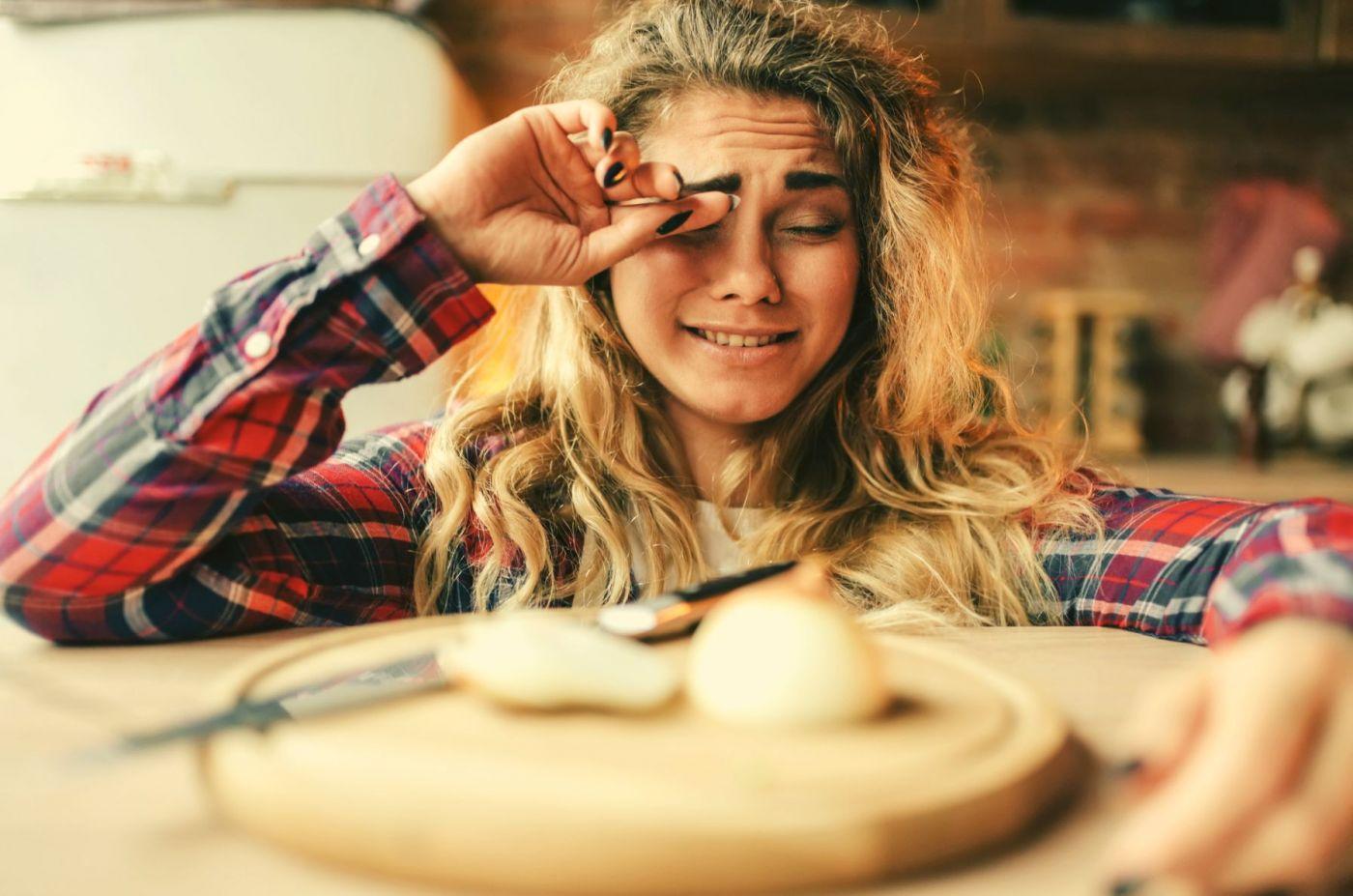8 Trucos (mitos) para no llorar al cortar una cebolla